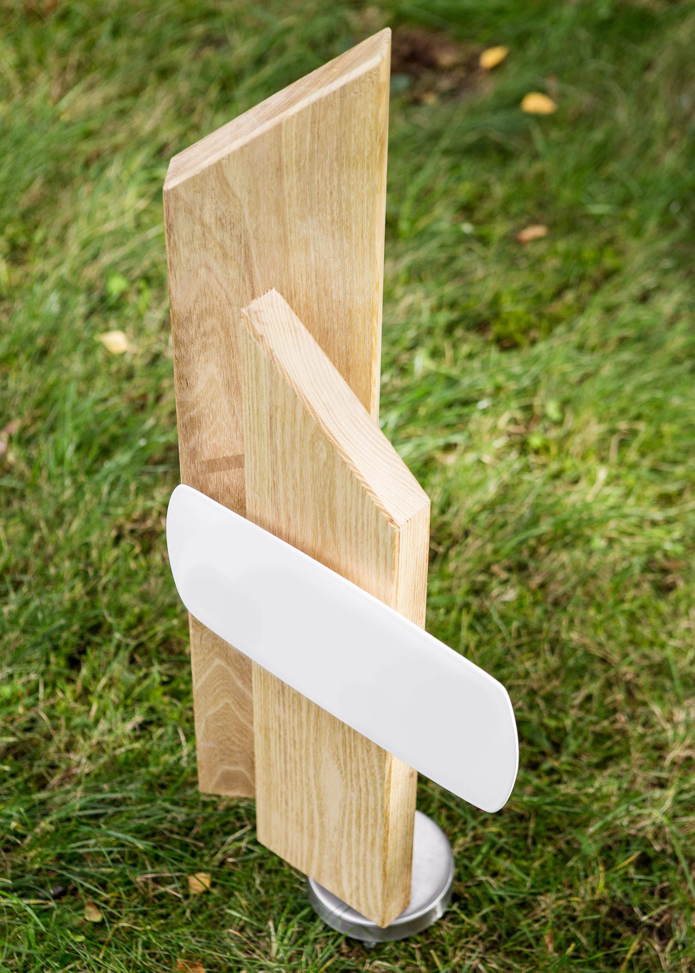 Holzgrabmal aus Stelen als Urnengrabmal mit Emailleschild