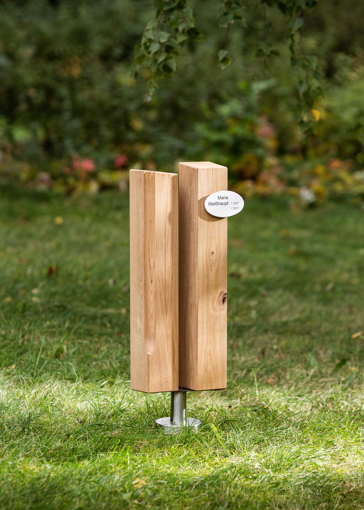 Familiengrabmal und Ehegrabmal aus Holzstelen mit Emailleschild