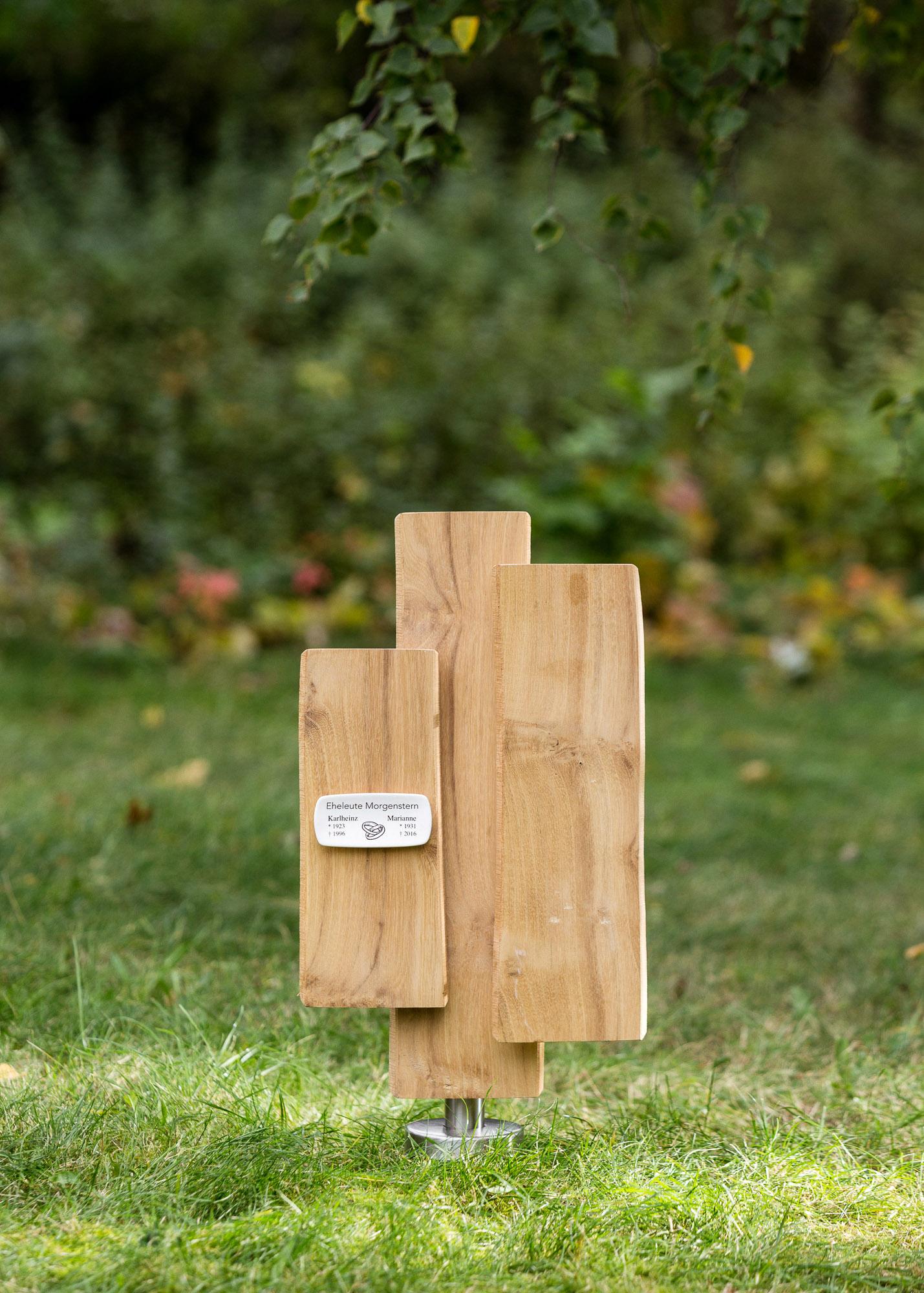 Eheleute-Grabmal aus geschichteten Naturholz-Lamellen mit vorgesetztem Emaille-Grabschild