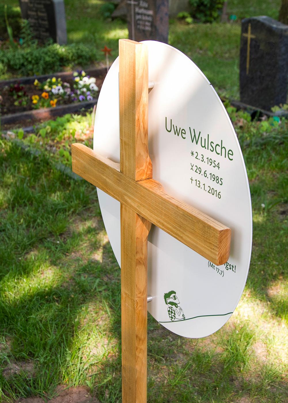 Grabkreuz aus Holz mit großem rundem Emaille-Grabschild als individuelle Anfertigung