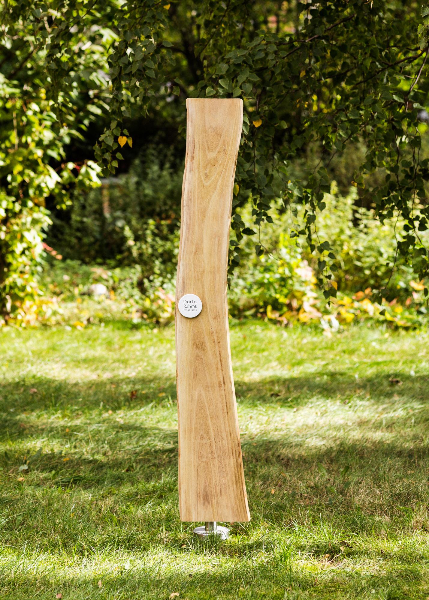 Grabmal - Holzlamelle in Naturform mit kleinem gewoelbtem Emailleschild