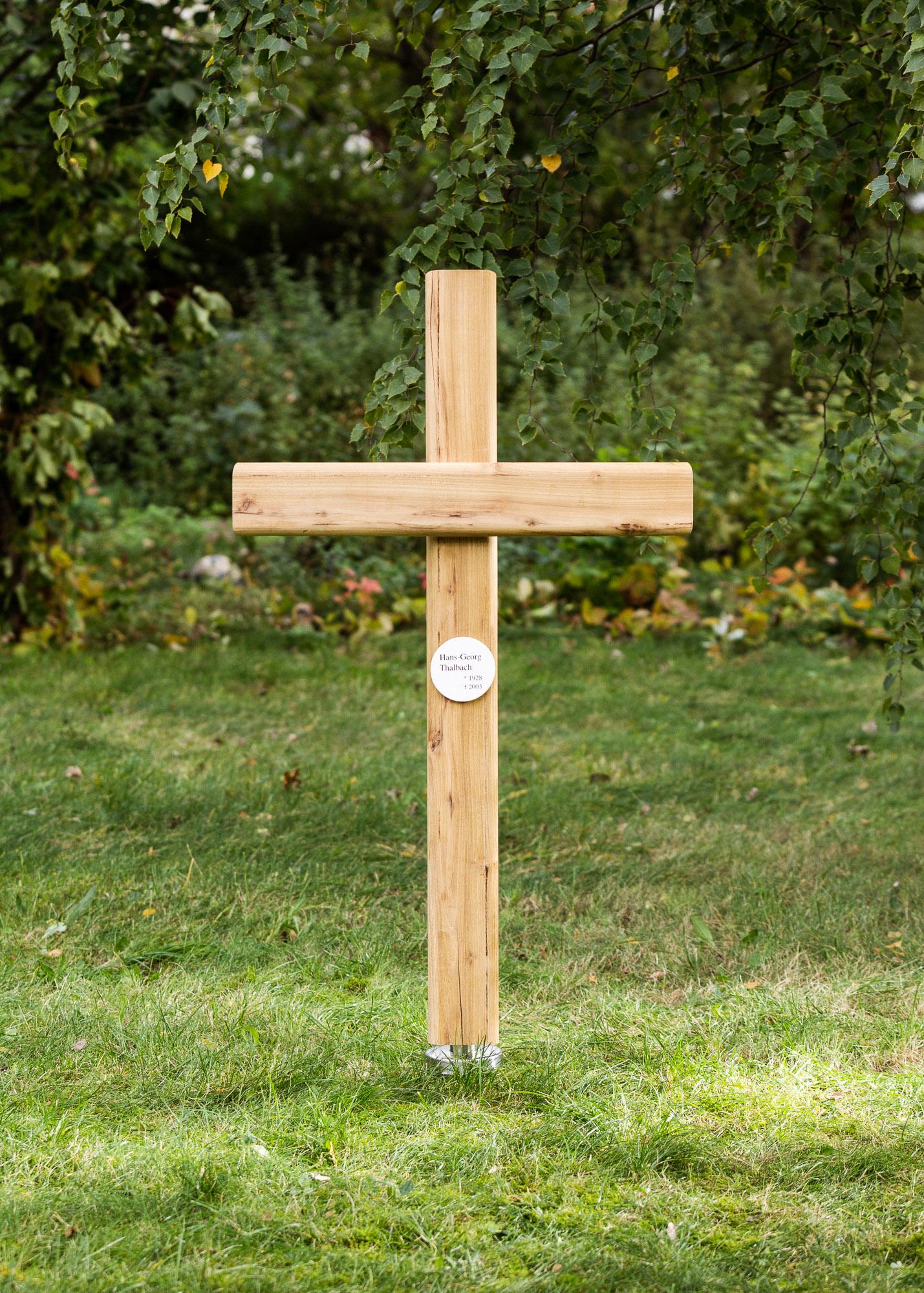Holzkreuz mit kleiner rundem Emailleschild als Erdgrabmal