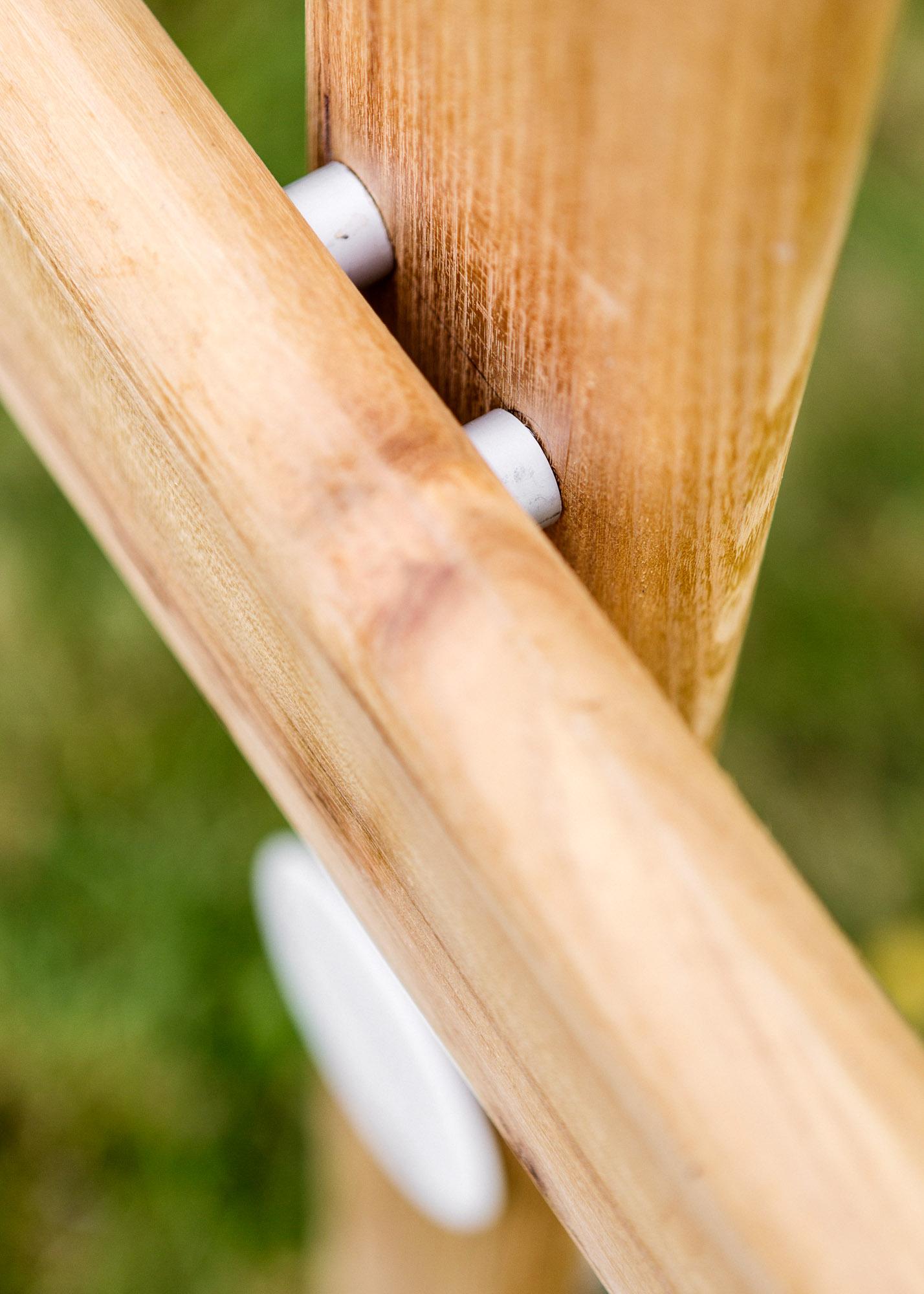 Grabmal - Holzkreuz mit kleinem rundem Emailleschild als Erdgrabmal