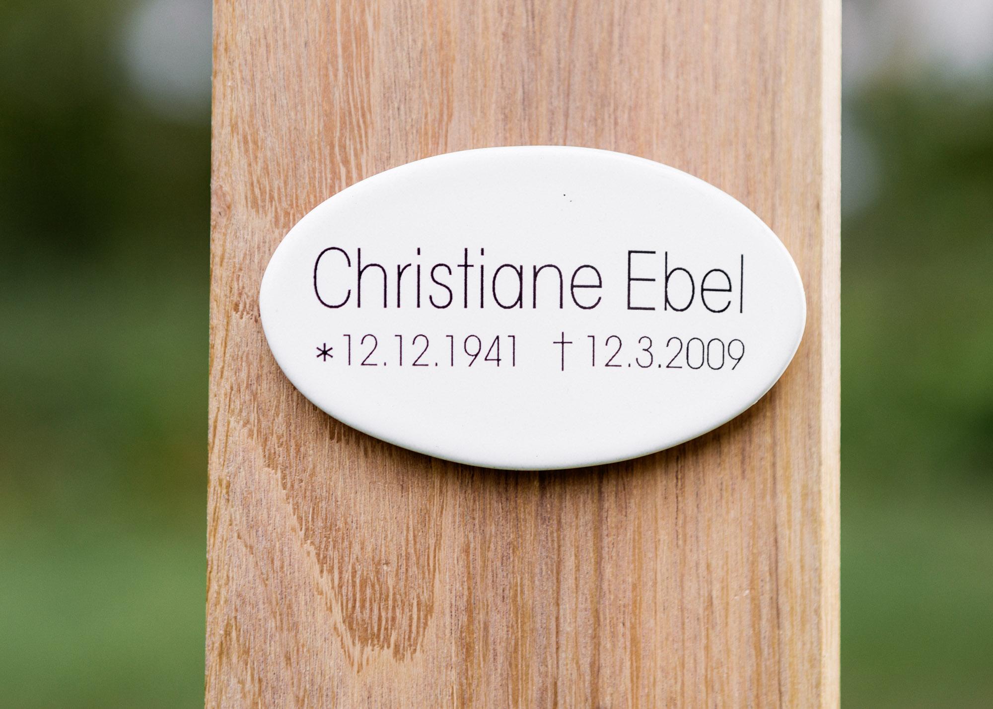 Stele mit Holzkreuz und kleinem ovalem Emaille-Grabschild vorgesetzt
