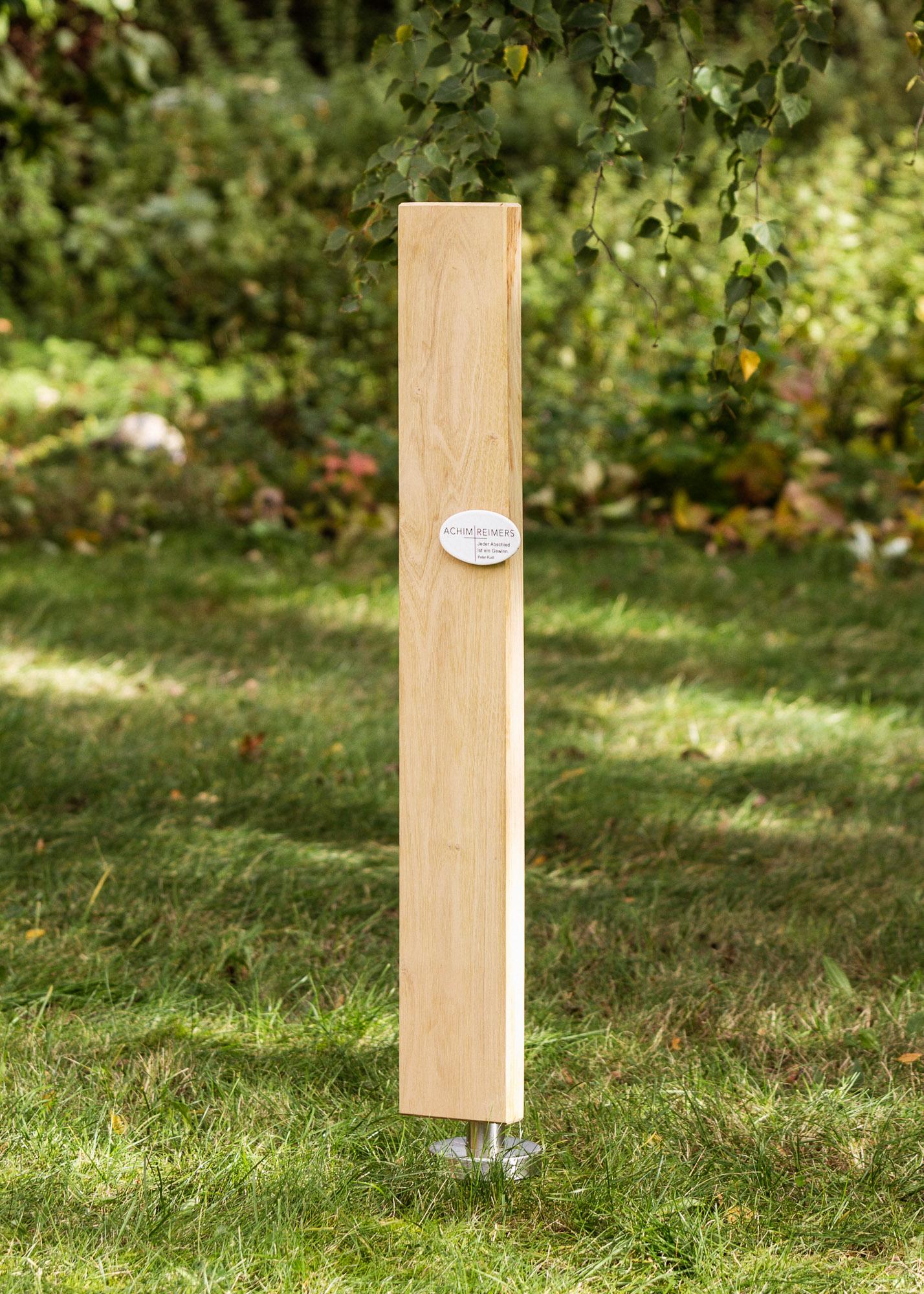 Grabmal aus Holz - lange schlichte Stele mit ovaler Emaille als Einzelgrabmal