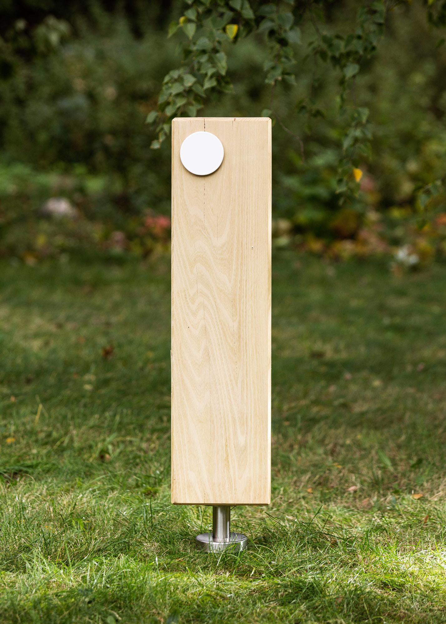 Grabmal aus Holz - Holzblock als Stele mit kleinem Emailleschild