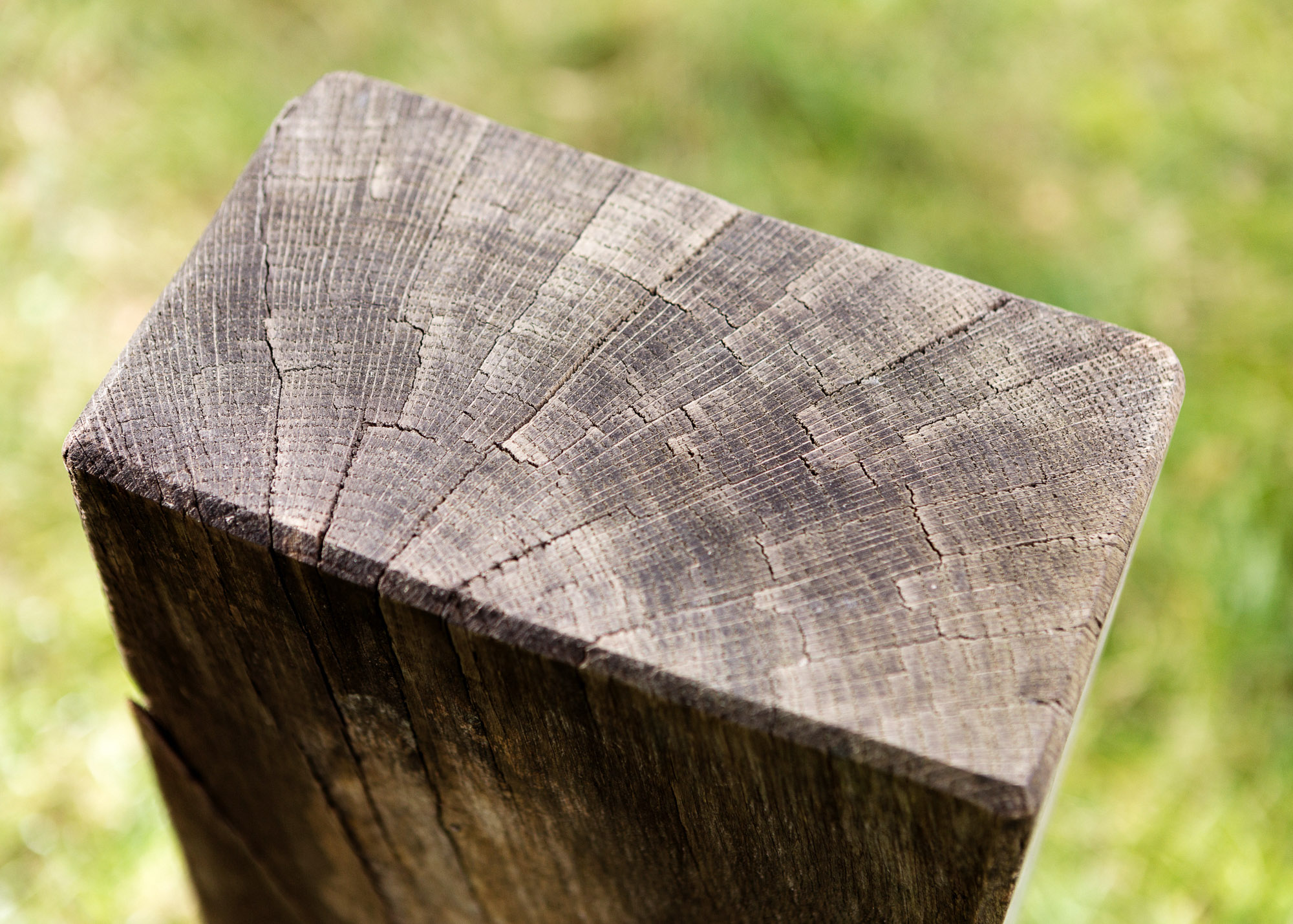 Urnengrabmal als Holzblock mit langer Emailletafel - Familiengrabmal oder Ehegatten Grabmal