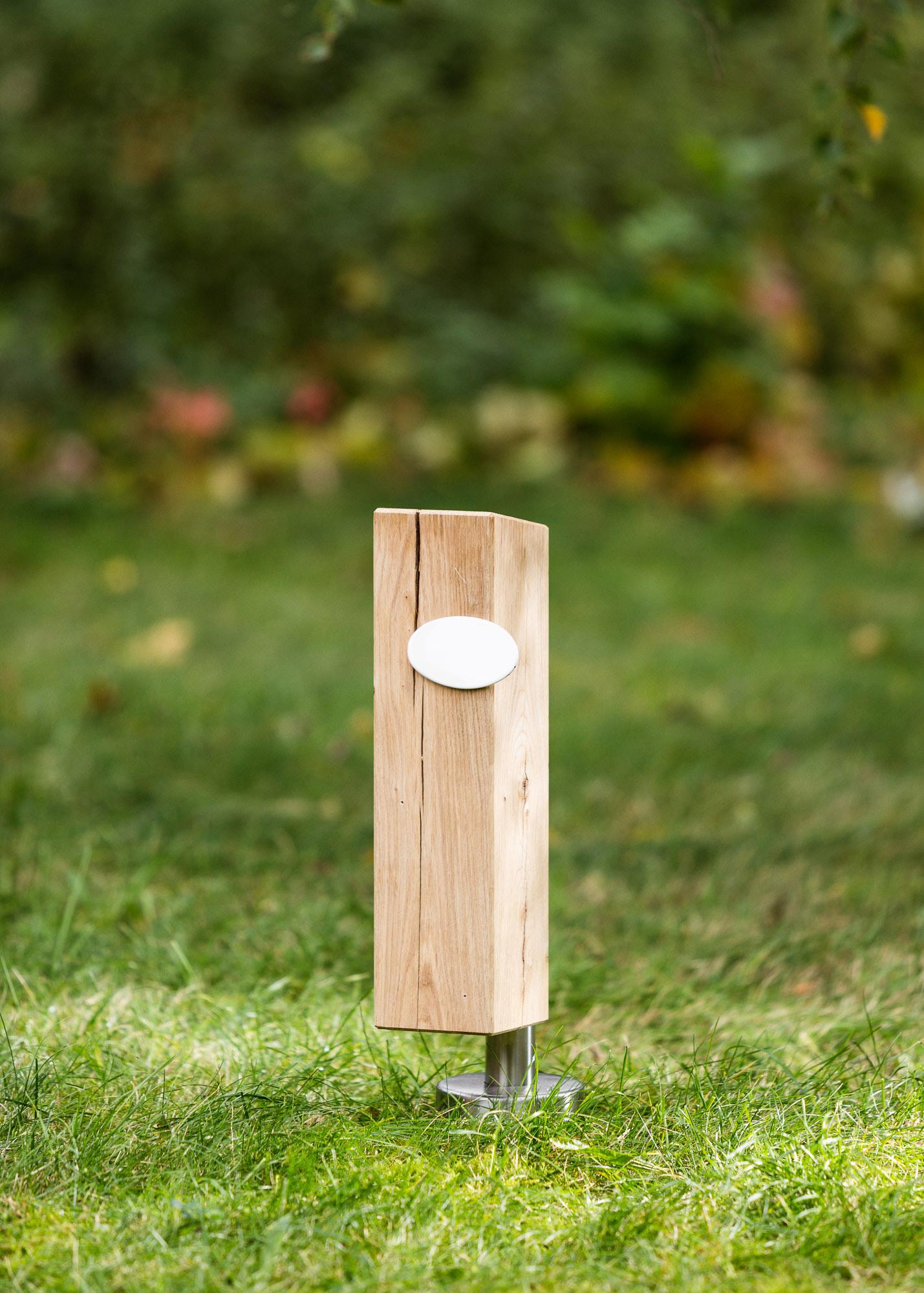 Grabstein-Alternative Stele aus Holz und ovales Emaille-Schild - Einzelgrab