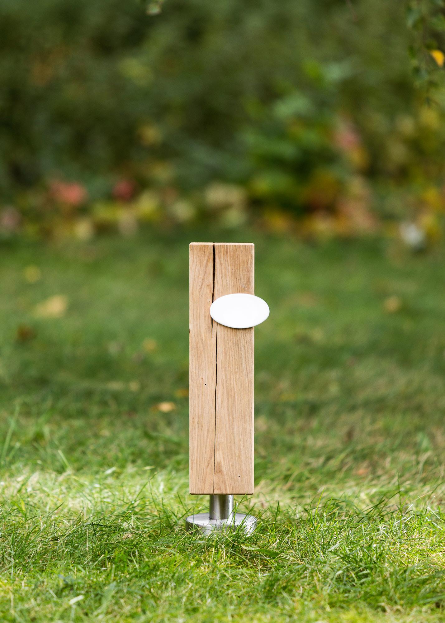 Grabstein-Alternative Stele aus Holz und ovales Emailleschild - Einzelgrab