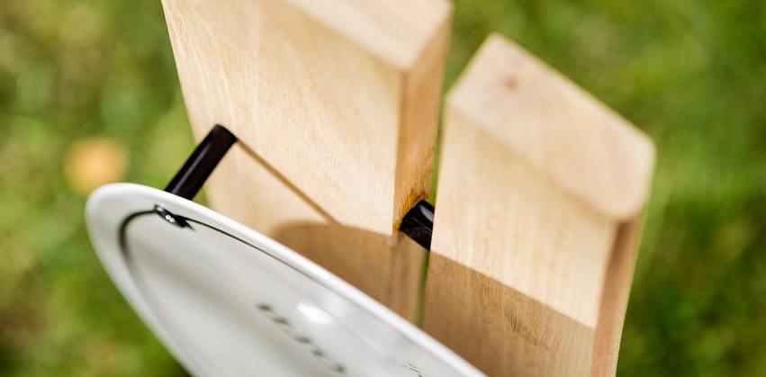 Grabstein aus Holz mit Emailleschild