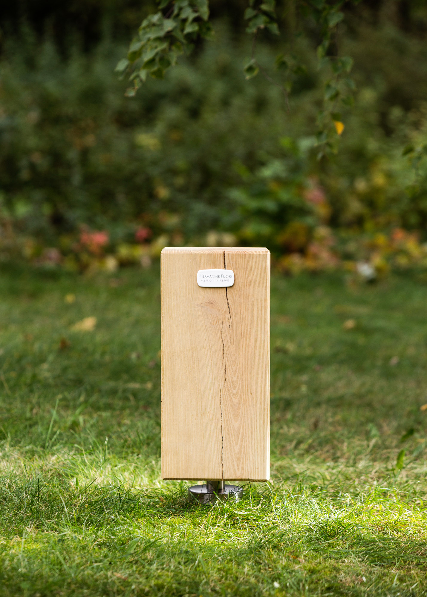 Holz-Block und Emaille-Schild als Alternative zum Grabstein für Einzelgrabstellen
