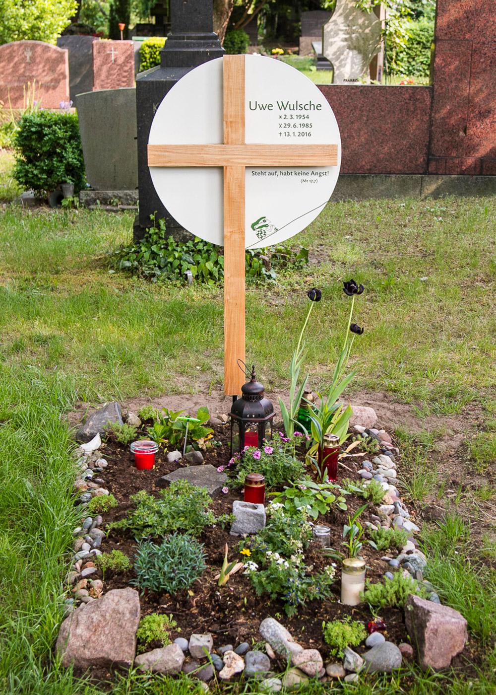 Holz-Grabkreuz mit großem rundem Emaille-Grabschild als individuelle Anfertigung