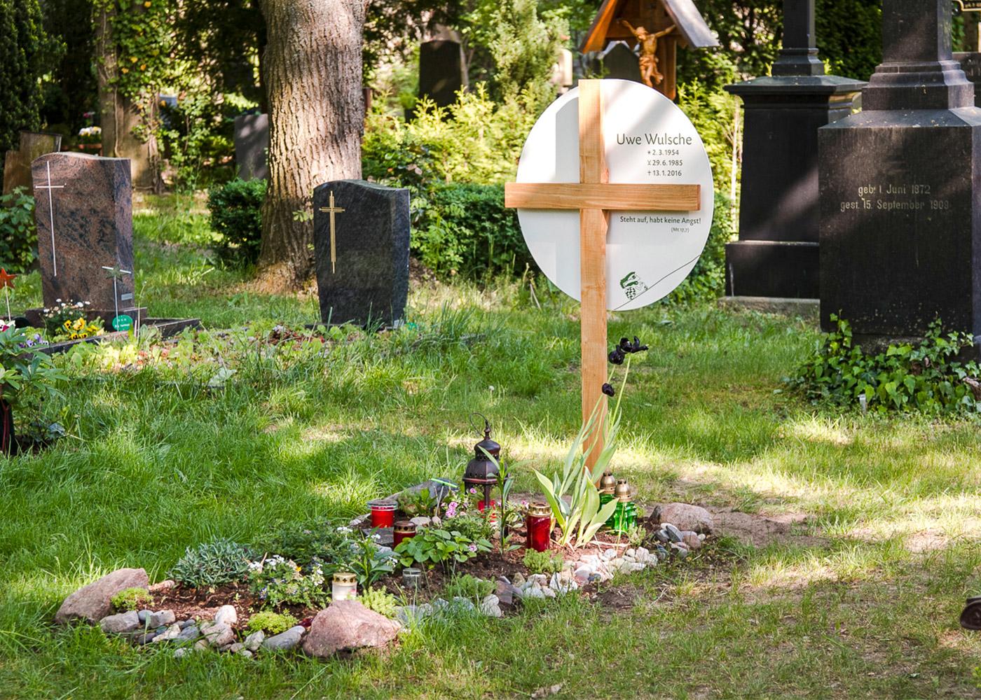 Holzkreuz mit großem rundem Emaille-Grabschild als individuelle Anfertigung