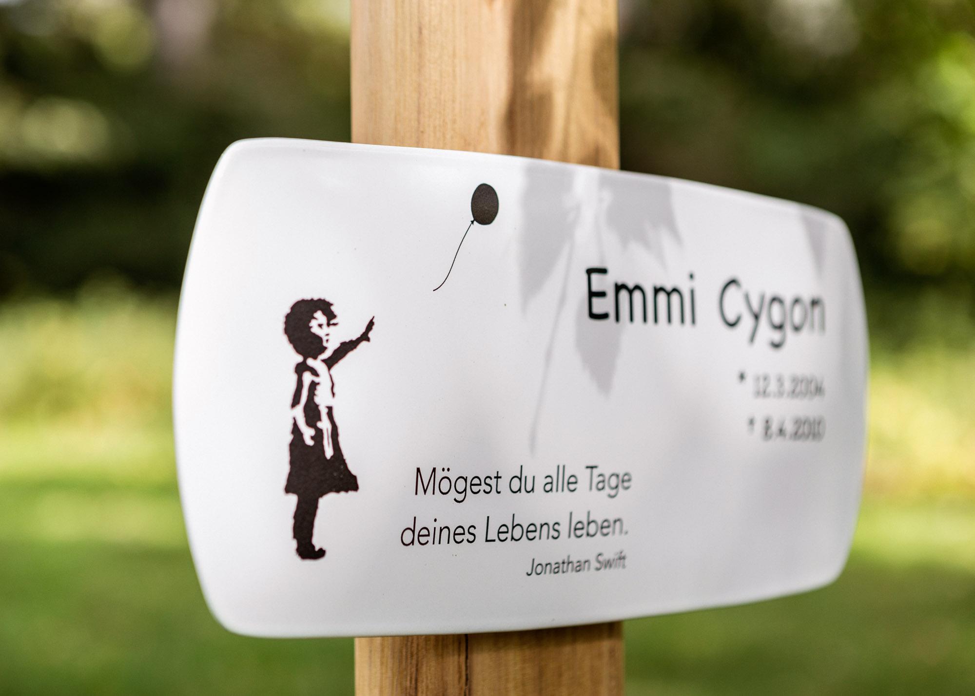 Holz-Grabkreuz aus Robinie mit langem Emaille-Grabschild