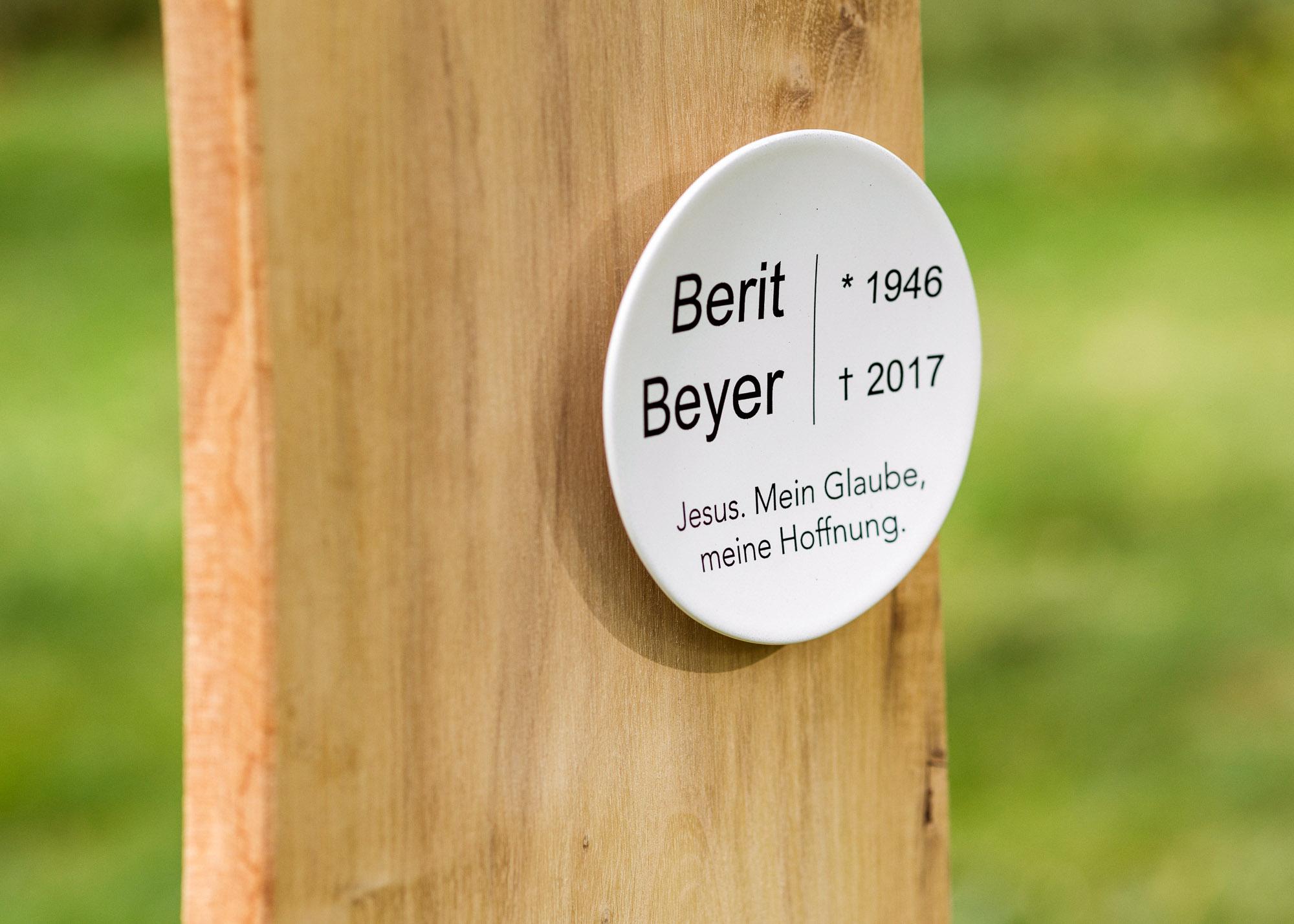 Holzgrabmal in Naturform mit kleinem bombiertem Emailleschild