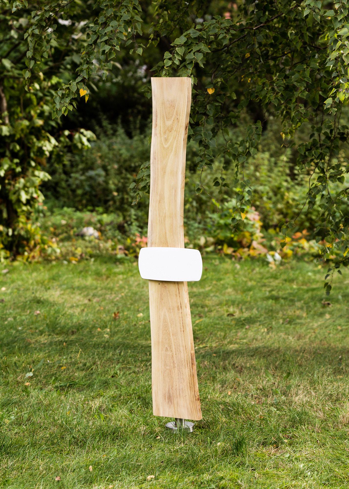 Holzgrabmal in Naturform mit langem gewölbtem Emaille-Schild