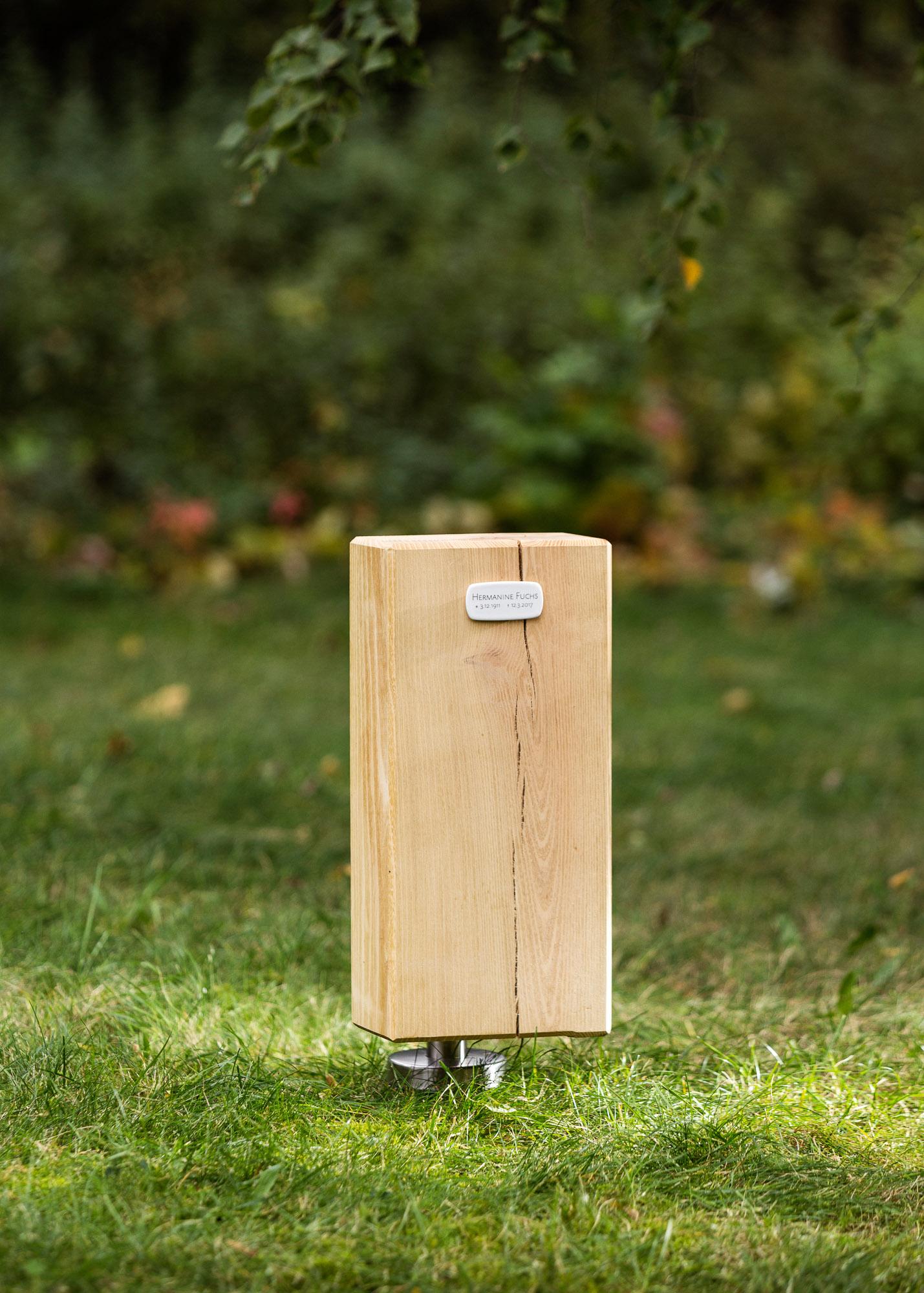 Holzblock Emaille-Schild als Alternative zum Grabstein für Einzelgrabstellen