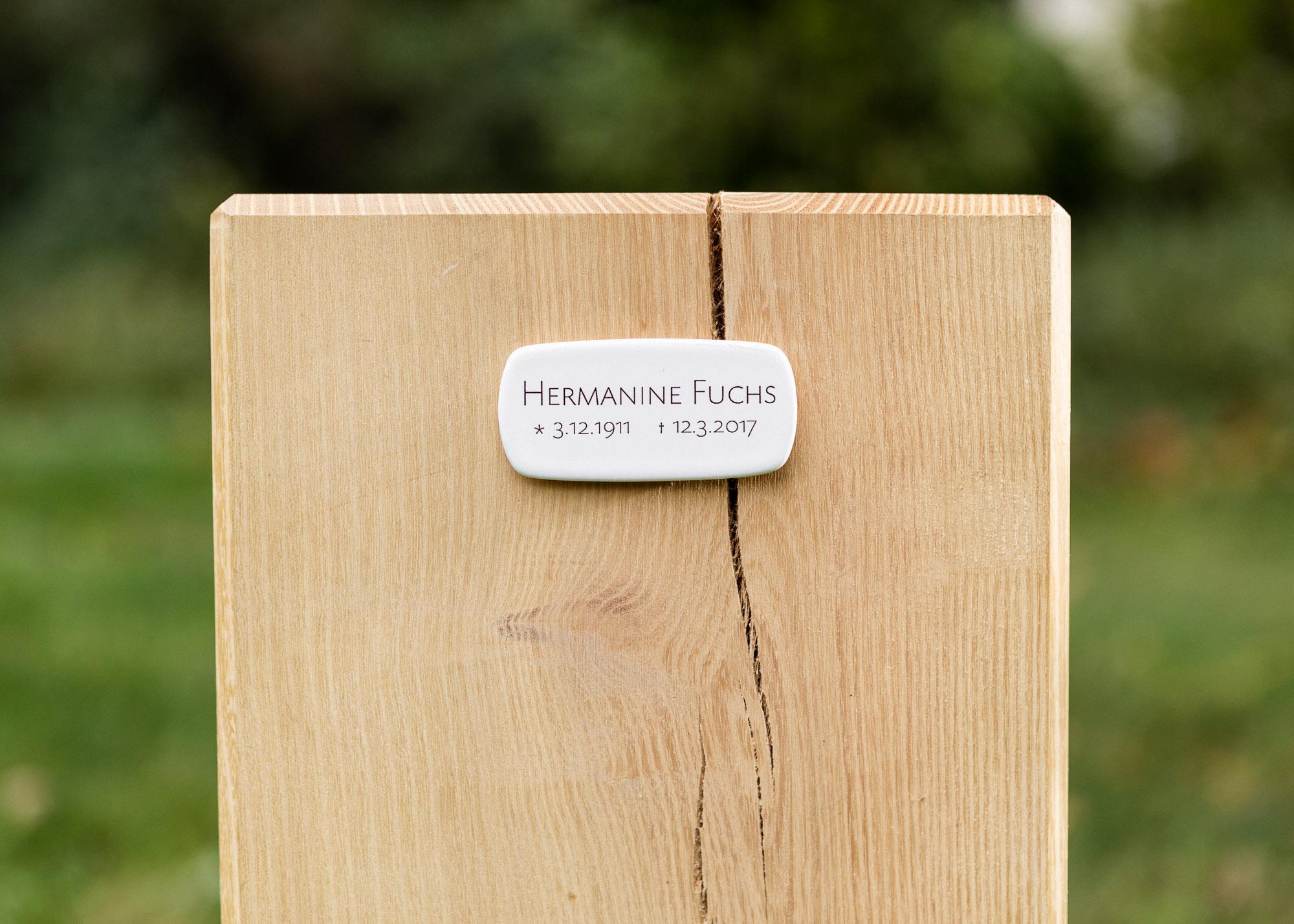 Holzblock mit Emaille-Schild als Alternative zum Grabstein für Einzelgrabstellen