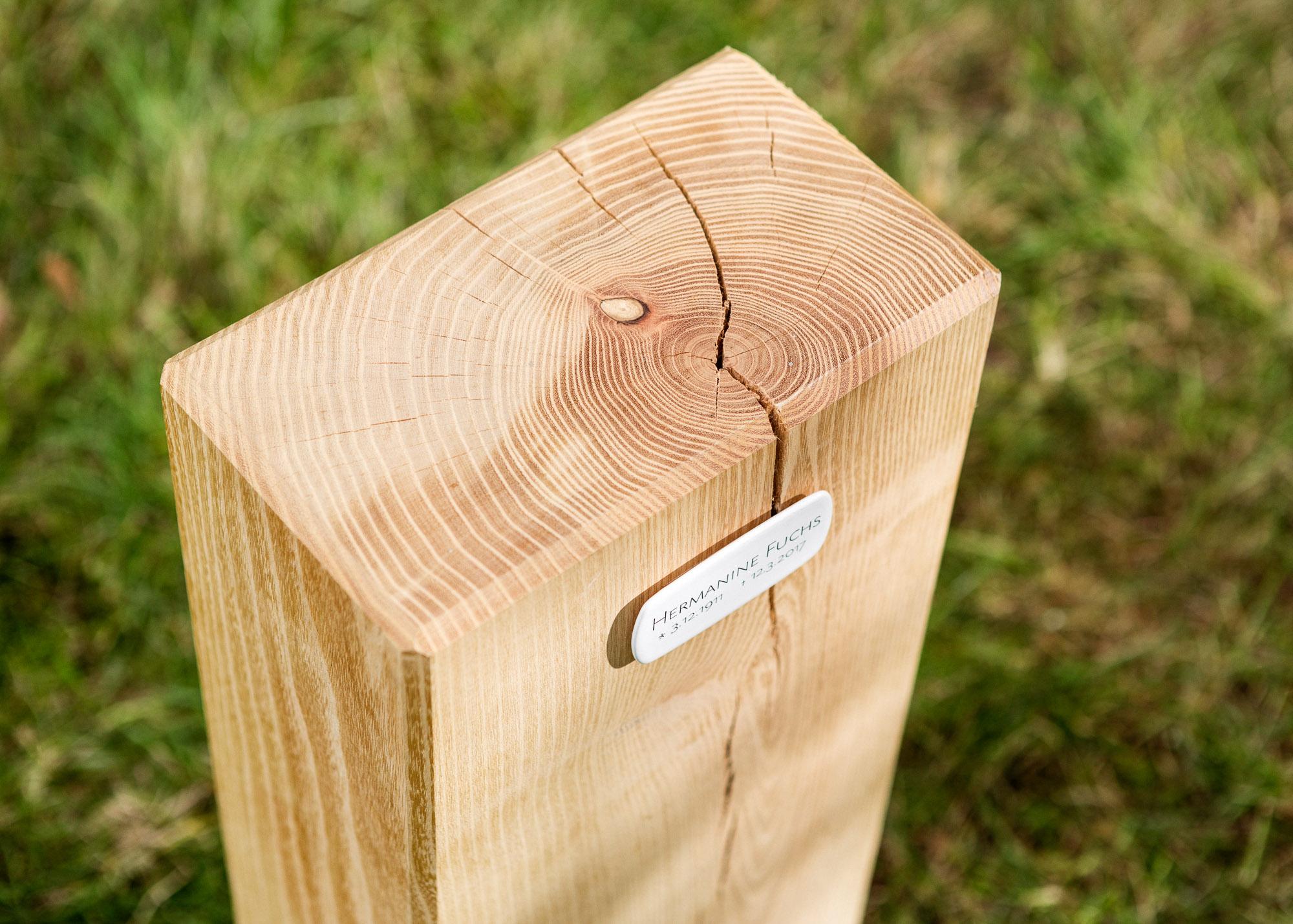 Holzblock mit Emailleschild als Alternative zum Grabstein für Einzelgrabstellen