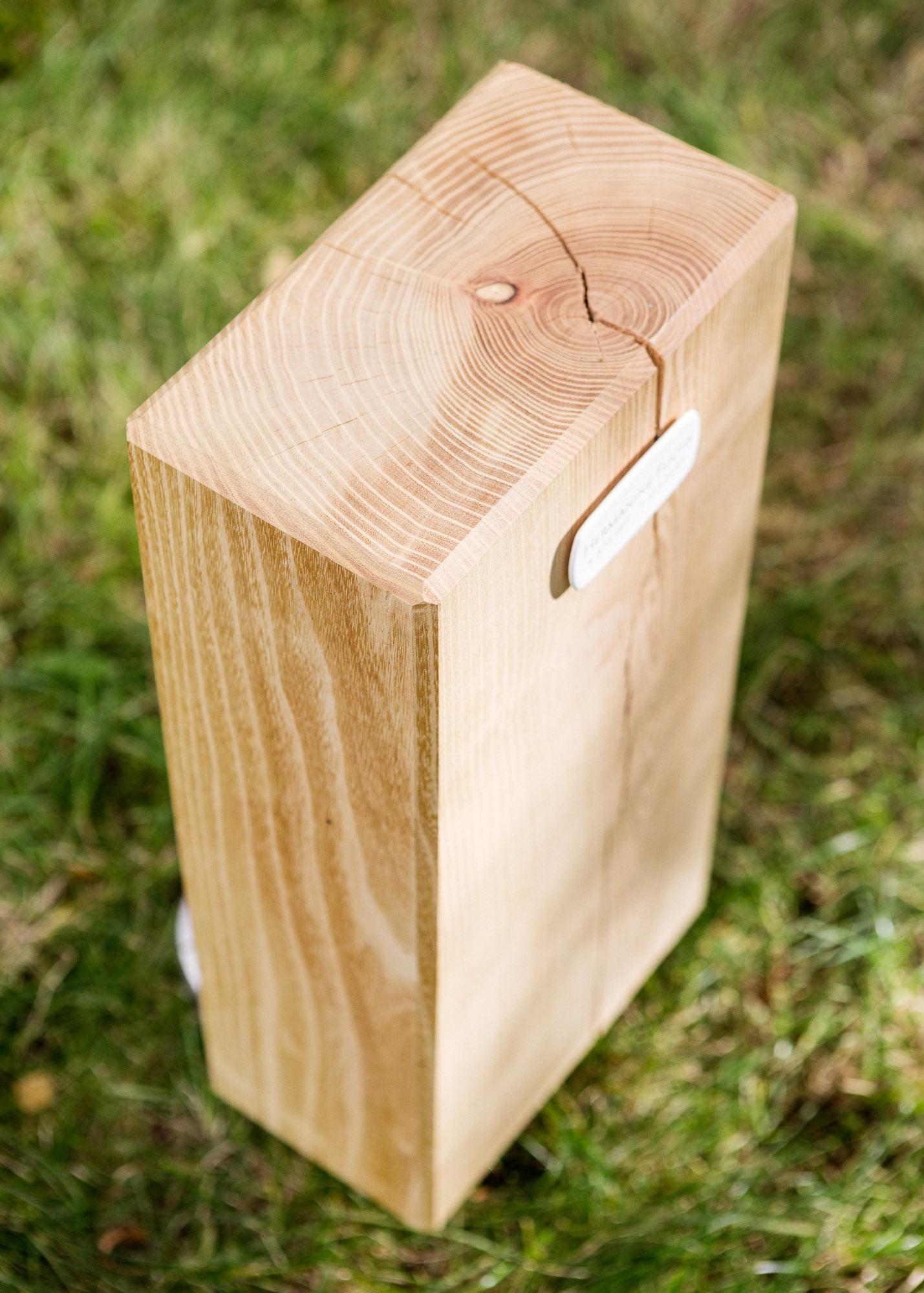 Holzblock mit Emailleschild als Alternative zum Grabstein