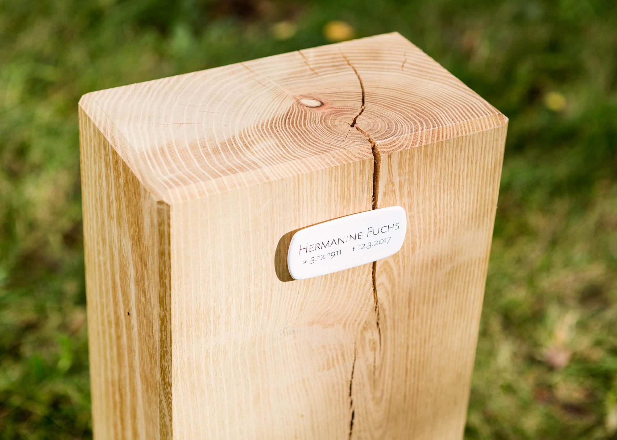 Holzblock mit kleinem Emailleschild als Alternative zum Grabstein