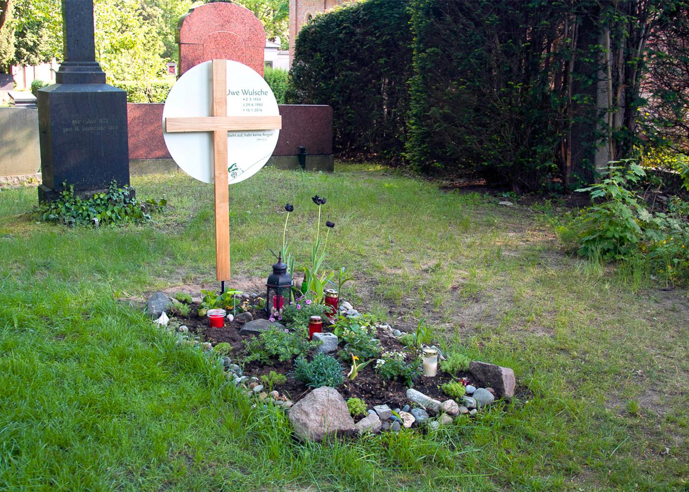 Holzgrabkreuz mit großem rundem Emaille-Grabschild als individuelle Anfertigung