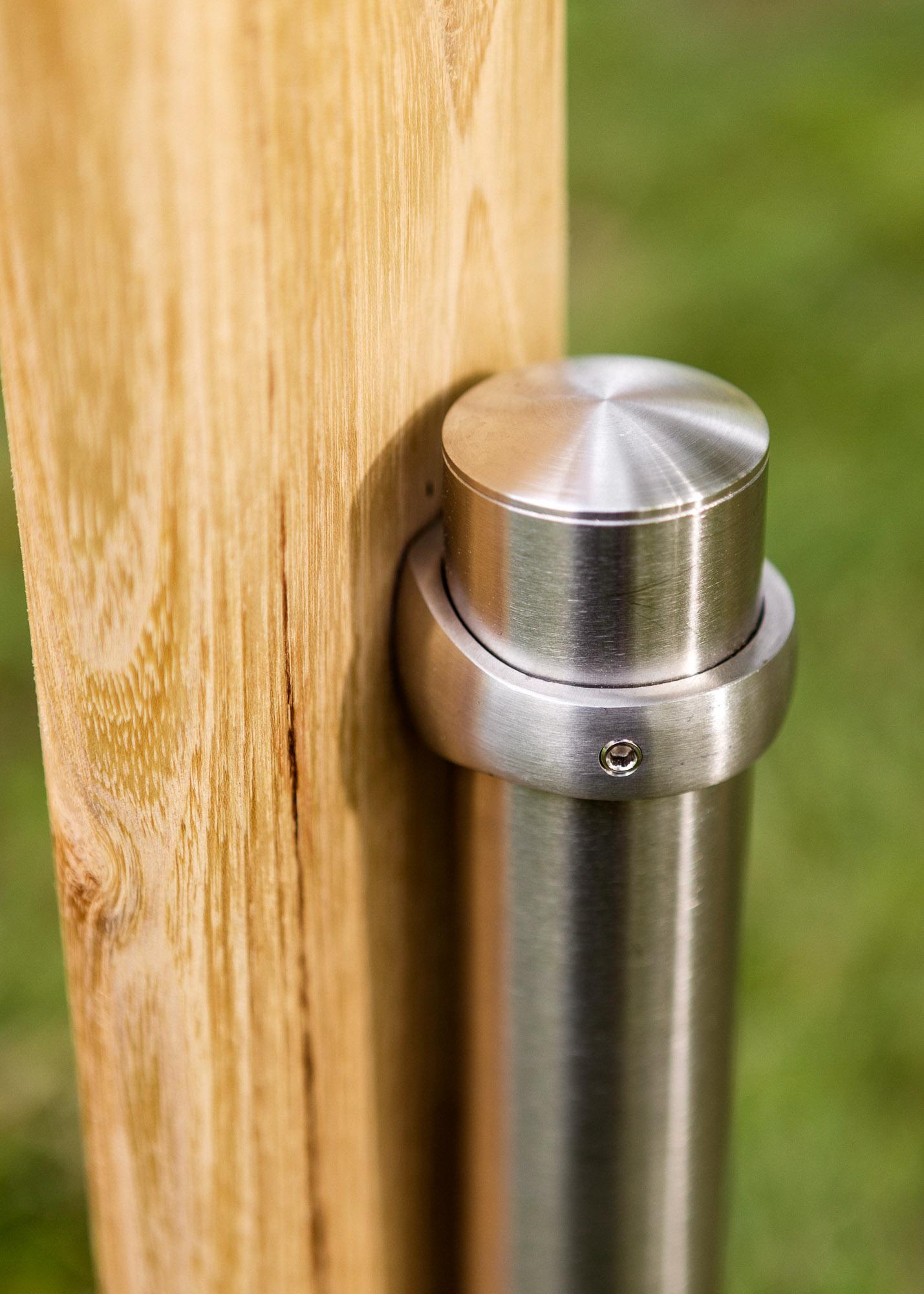 Holzgrabmal - Holzstele mit quadratischem Querschnitt und runder Emailleschild