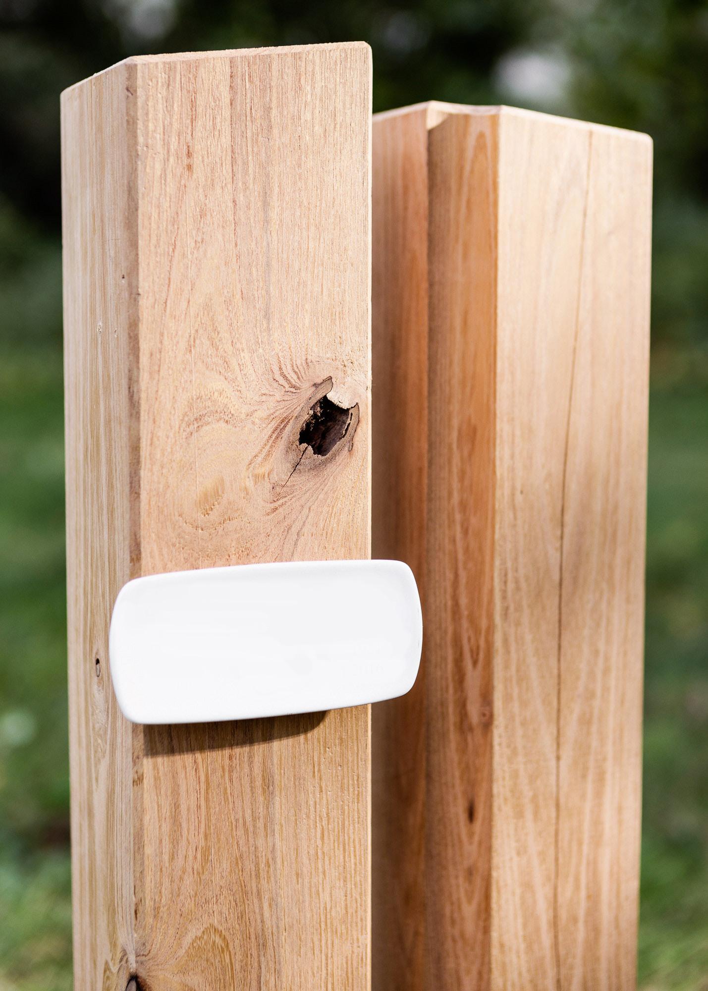 Holzgrabmal aus einem Paar Holz Stelen mit Emailleschild
