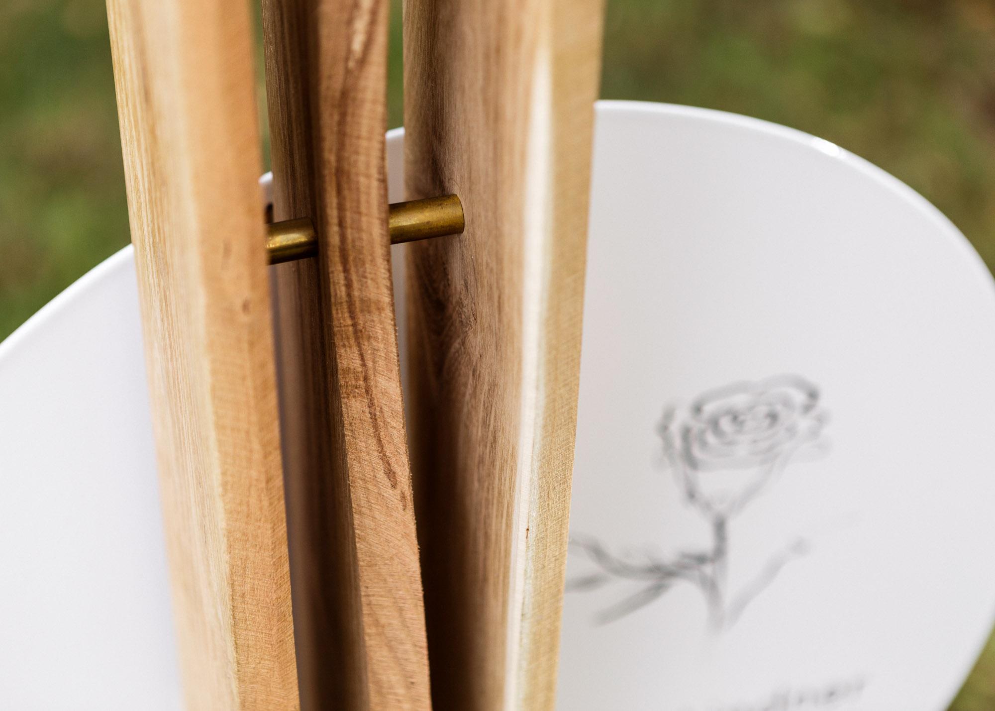 Holzgrabmal - Lamellen aus Holz als Stele mit hintersetztem Emailleschild mit Illustration
