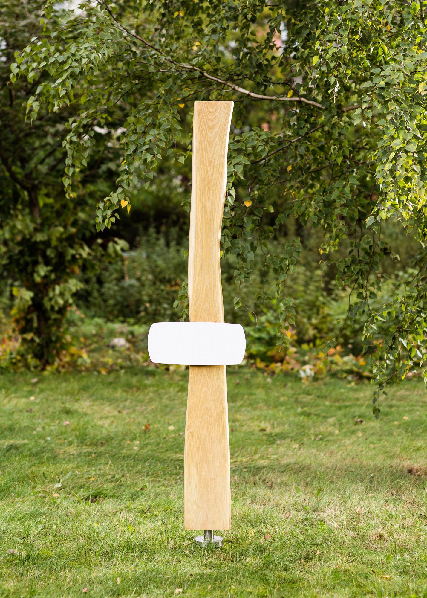 Erdgrabmal aus Robinie in Naturform mit langem flachem Emailleschild