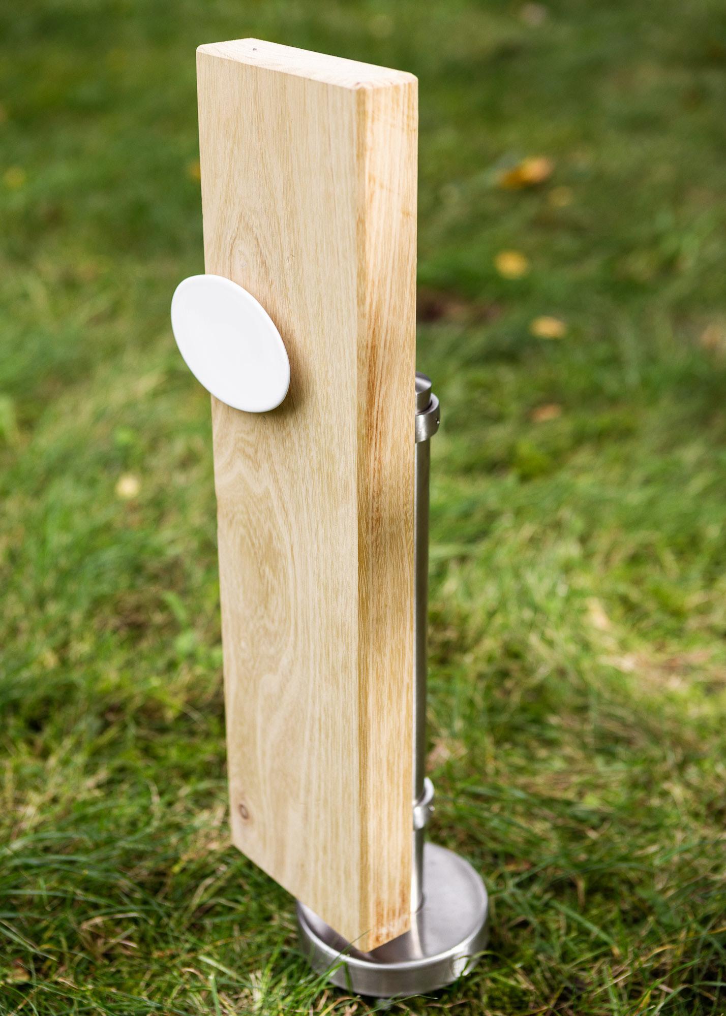 Holzgrabmal als Alternative zum Grabstein mit ovalem Emailleschild für Einzelgraeber