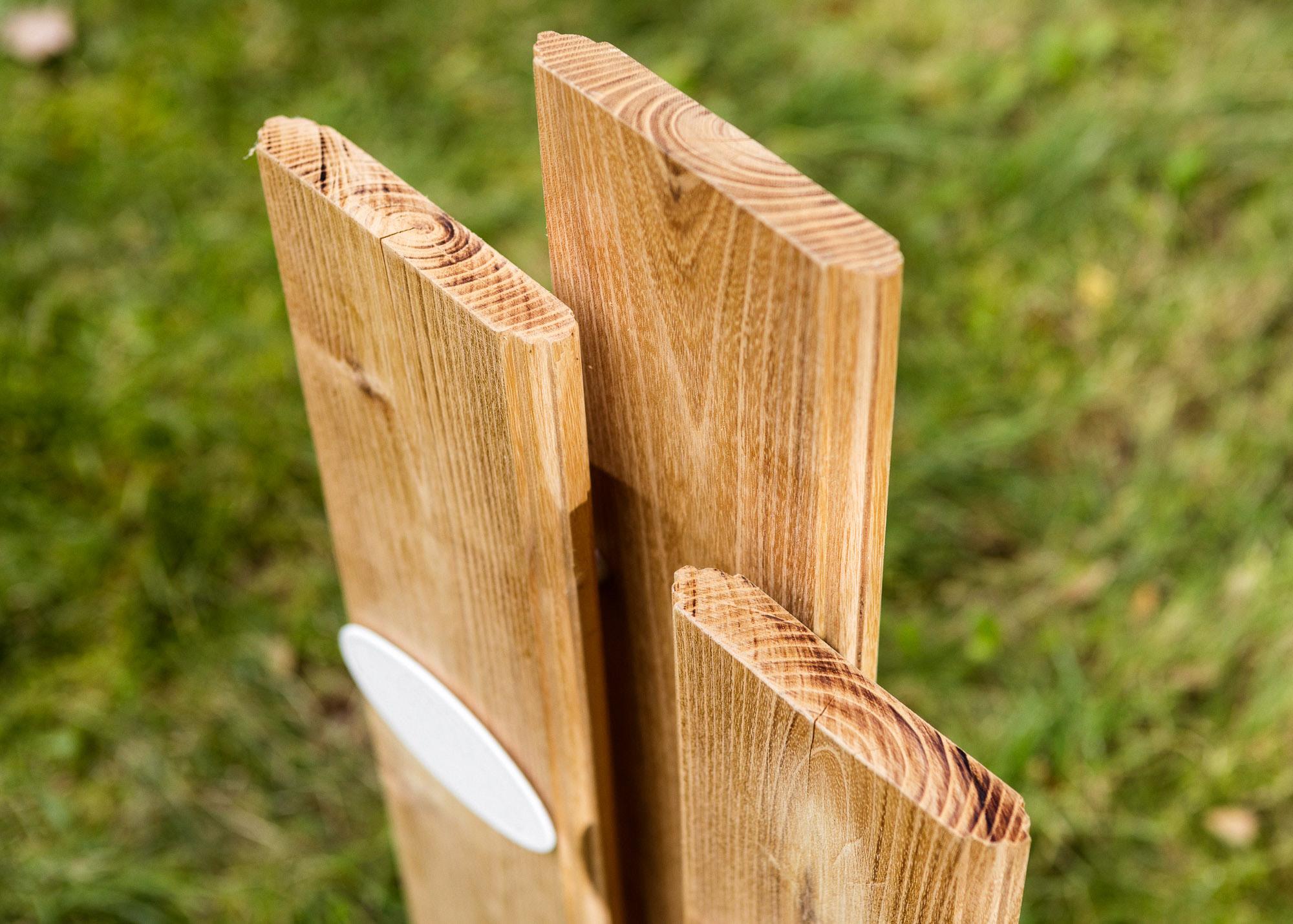 profilierte Lamellen überlagert mit Emaille-Grabschild als Holzgrabmal für Paargräber
