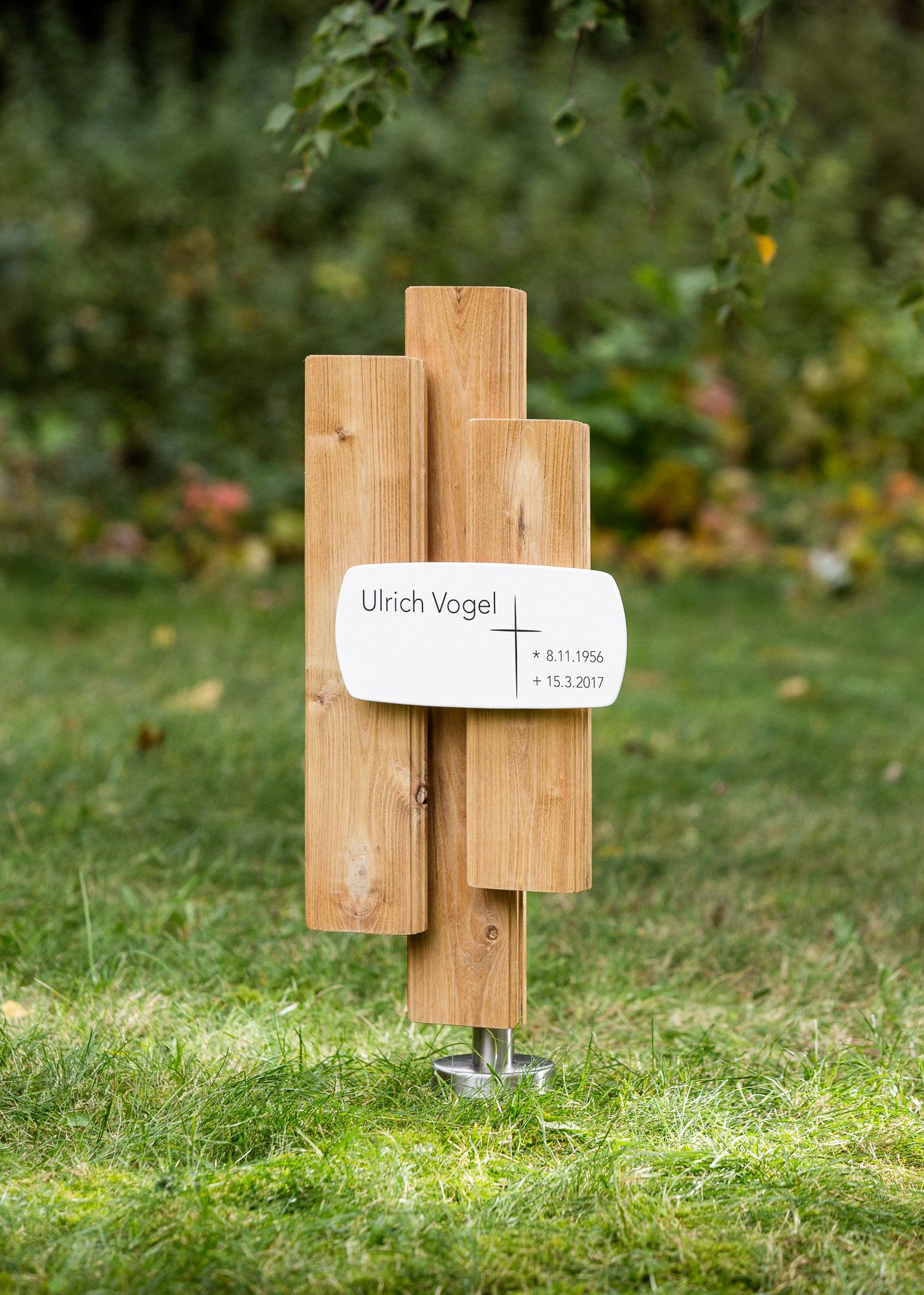 Holzgrabmal aus profilierten Lamellen mit langer Emailletafel als Alternative zum Grabstein