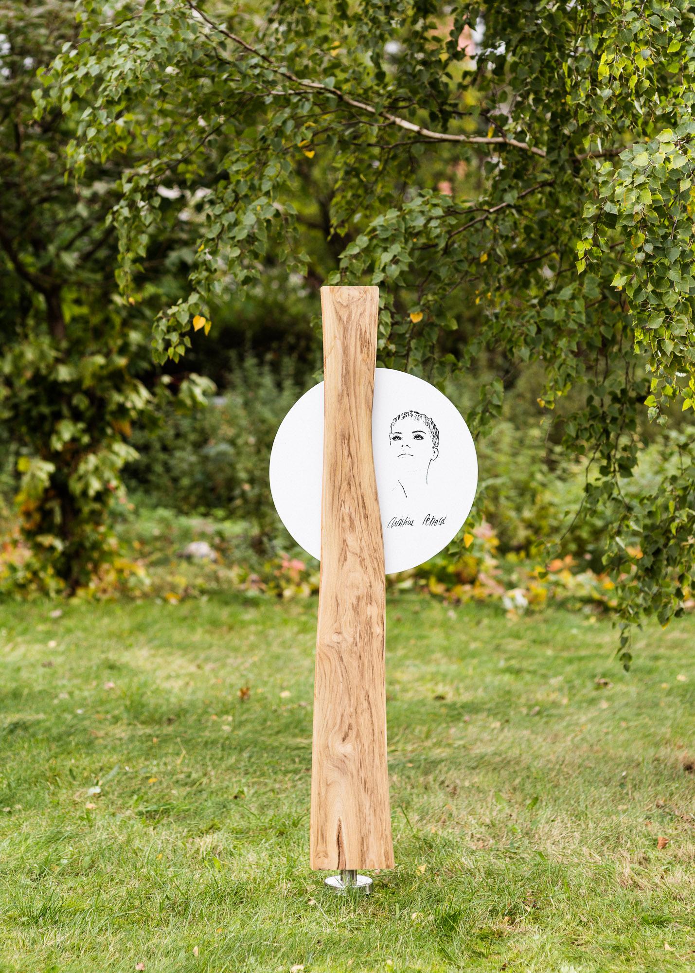 Naturholz Grabmal mit Emailleschild hintersetzt