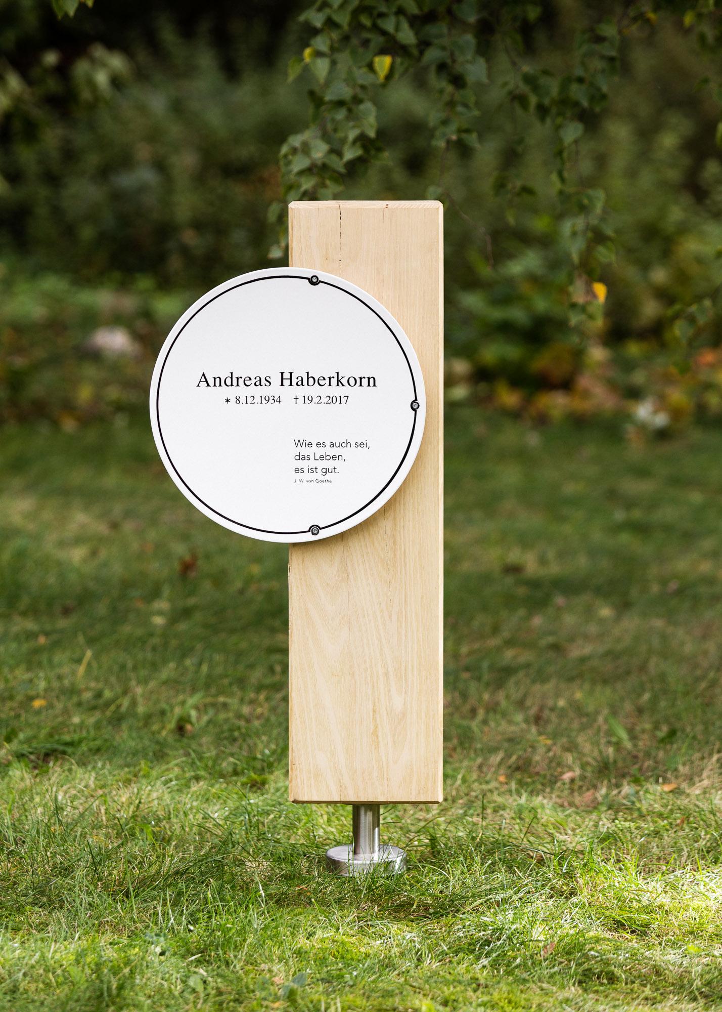 Grabstein aus Holz - Holzblock als Stele mit gewölbtem Emailleschild