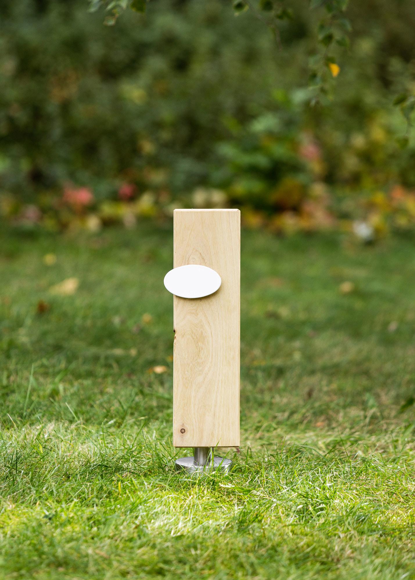 Holzstele als Alternative zum Grabstein mit ovalem Emailleschild für Einzelgraeber