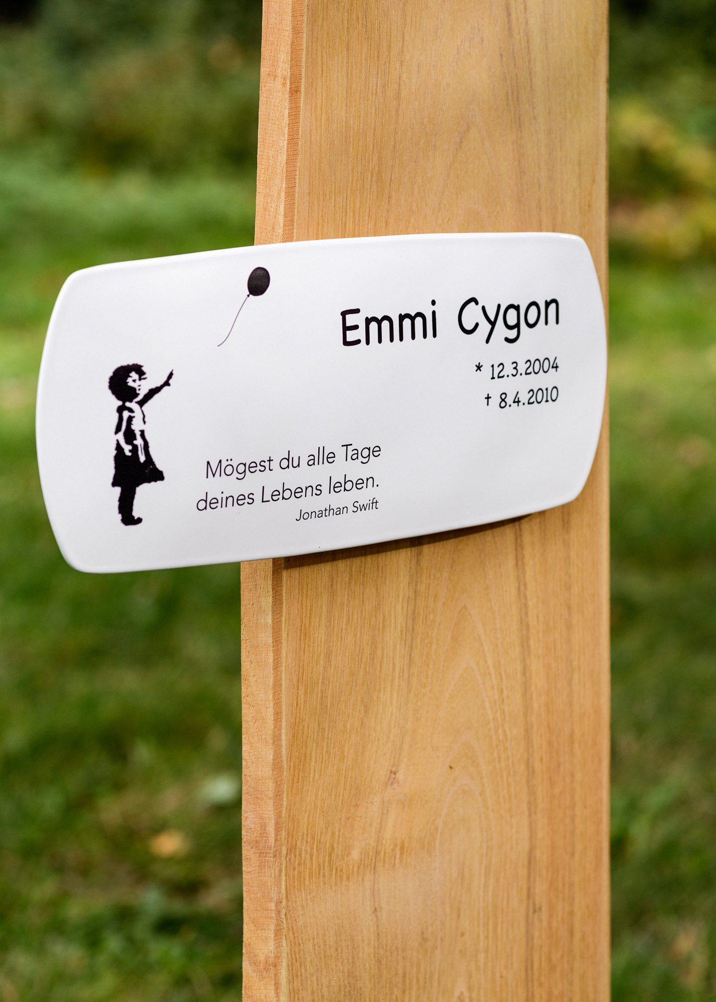 Grabstein aus Holz als Naturbrett mit Emailleschild und Grabinschrift