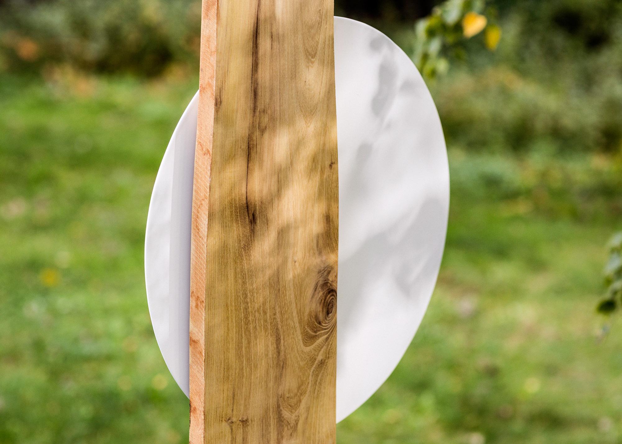 Grabmal in Naturholzlamelle mit rundem Emailleschild