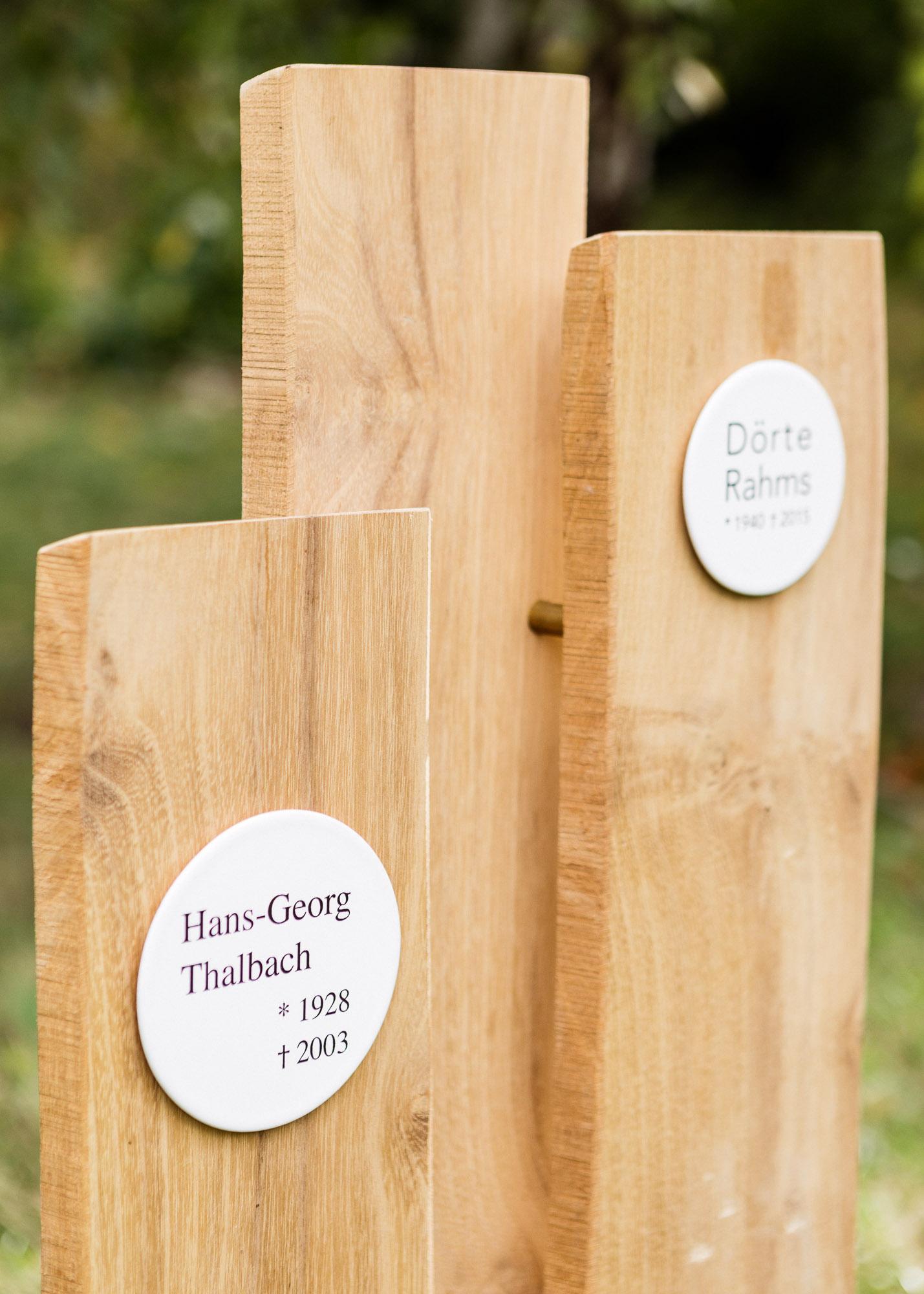 Paargrabmal - Naturholz geschichtete Lamellen mit vorgesetztem Emaille-Grabschild