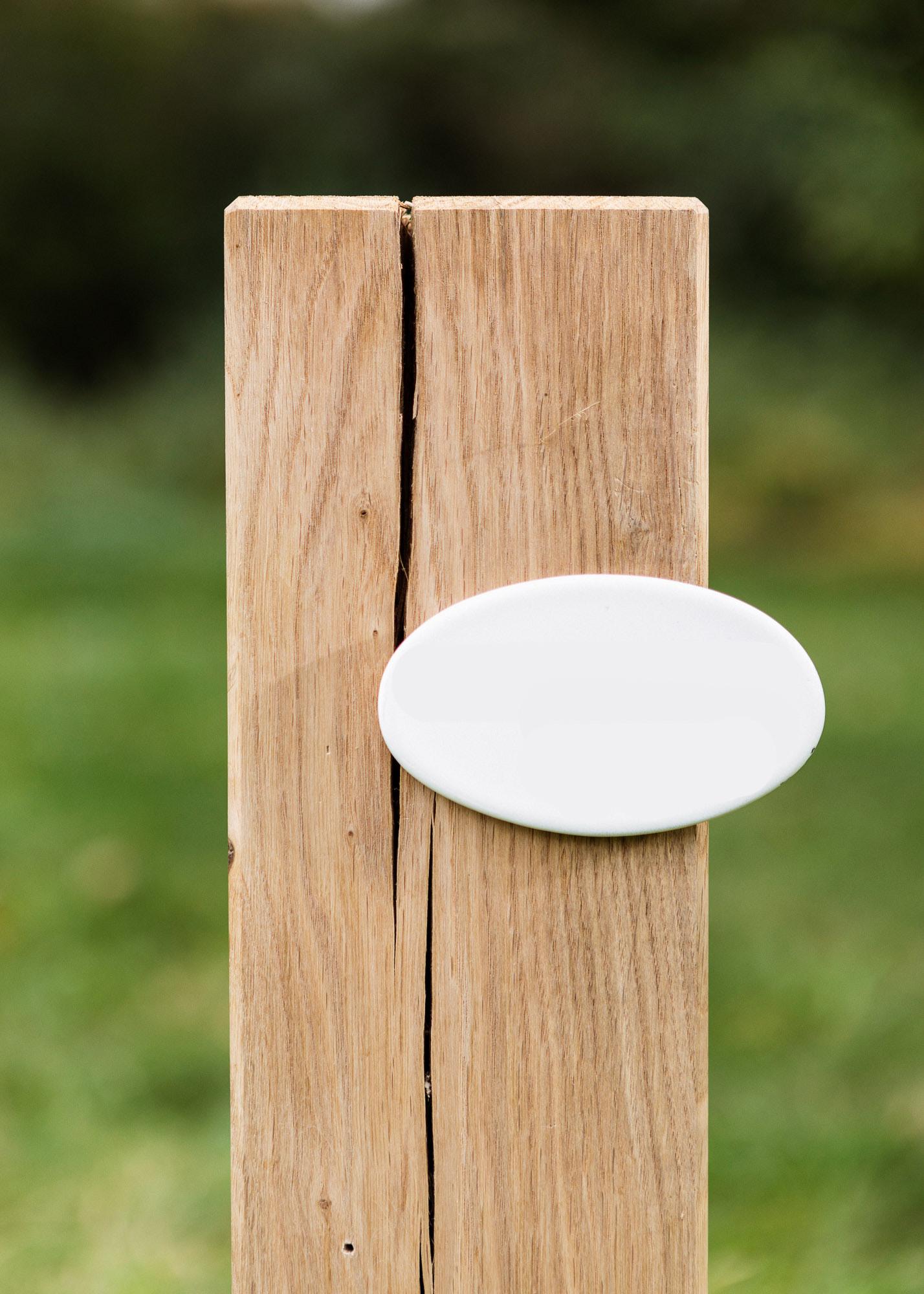 Urnengrabmal als Stele aus Holz und ovalem Emailleschild - Einzelgrab