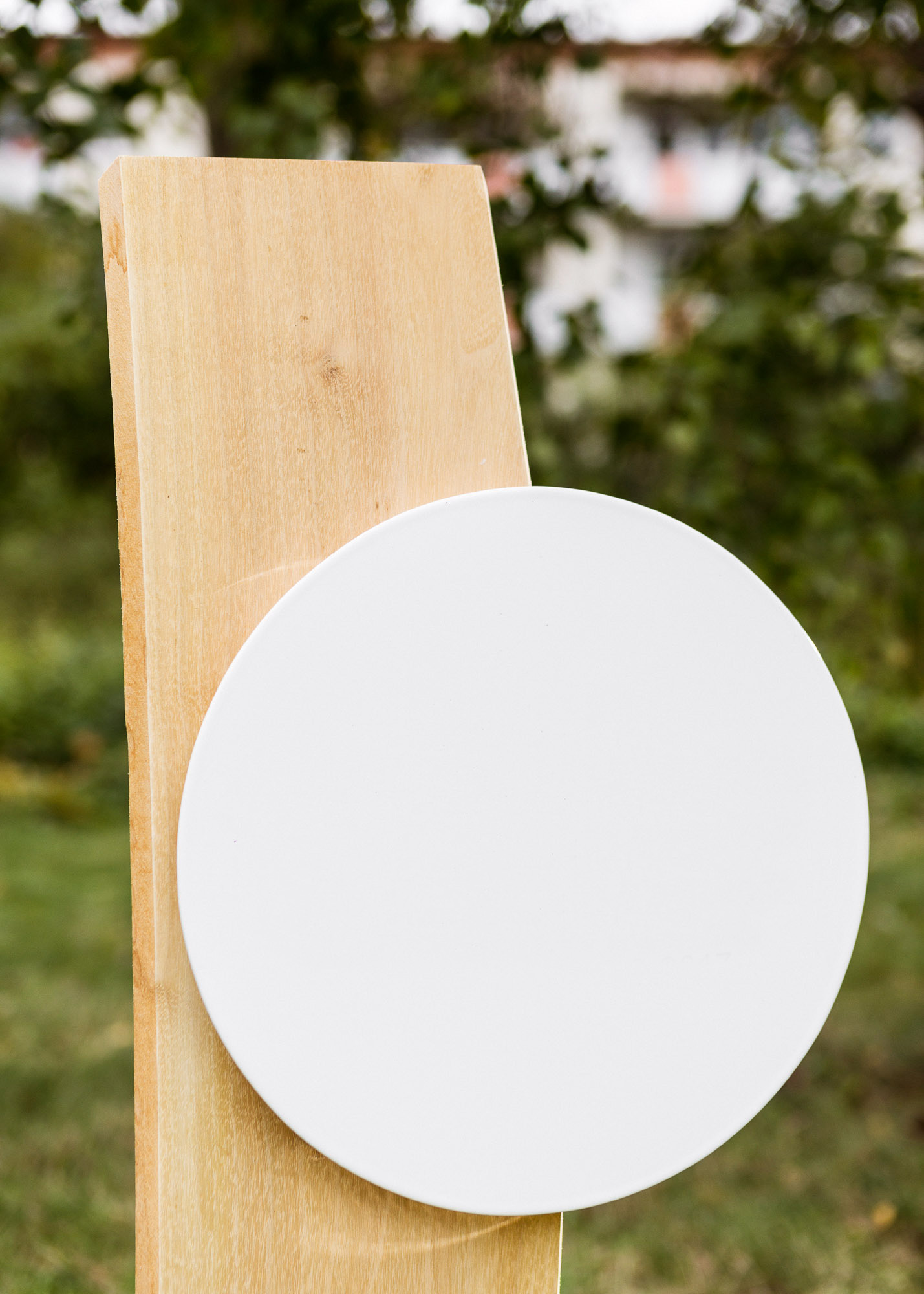 Urnengrabmal aus Wuchsholz flaches rundes Emailleschild