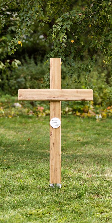 K1.KF.5 Holzkreuz mit kleinem rundem Emailleschild als Erdgrabmal