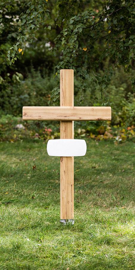 K1.RB.2 Kreuz aus Robinie mit langem Emailleschild als Ehegrabmal