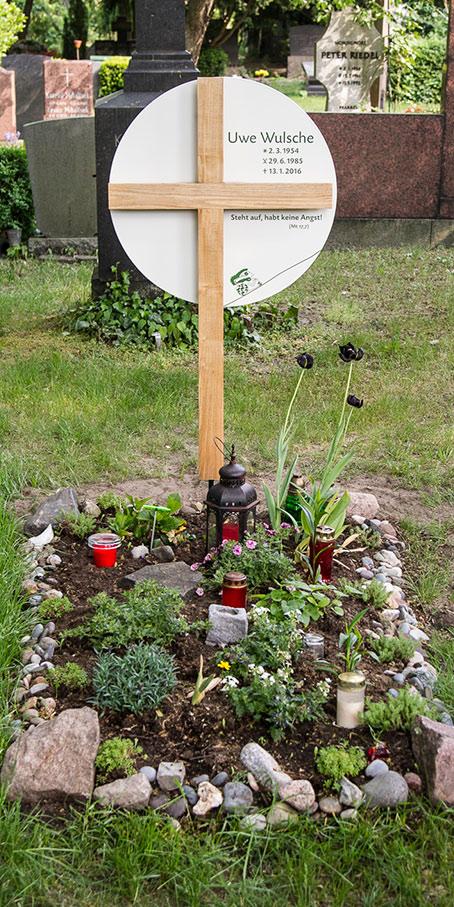 K2. KF.1 Holzkreuz mit großem rundem Emailleschild als individuelle Anfertigung