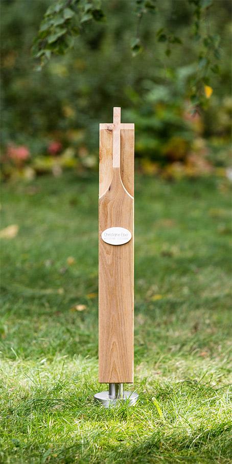K3.OF.2 Stele mit Holzkreuz und kleinem ovalem Emailleschild vorgesetzt