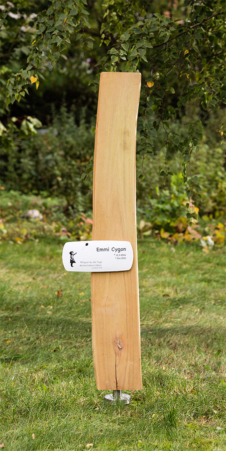 N2.RB.2 Grabstein aus Holz als Naturbrett mit bombierter Emailletafel