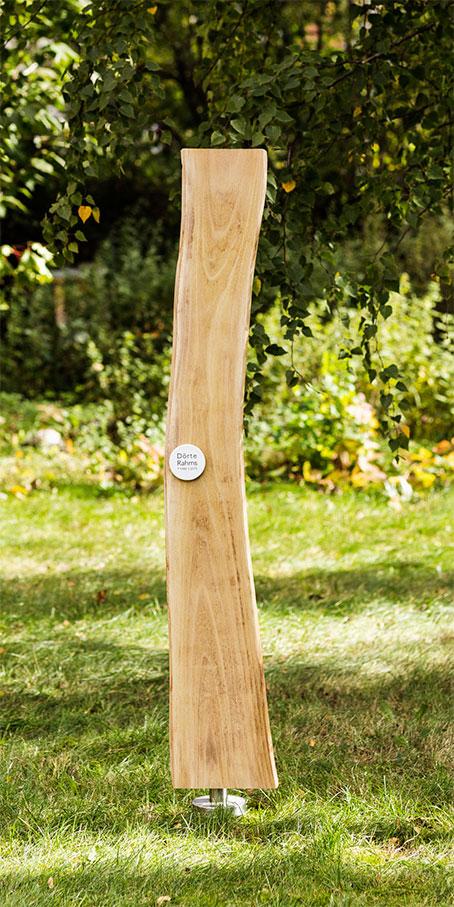 N3.RB.6 Berliner Grabmal – Holzlamelle in Naturform mit kleiner gewölbter Emailletafel