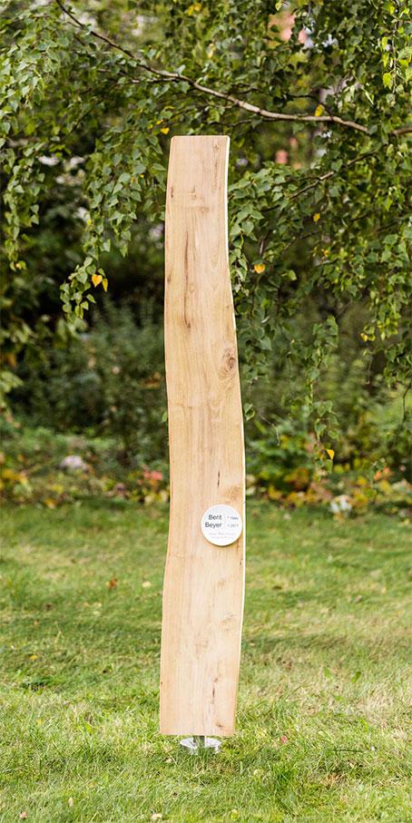 N5.KB.4 Holzgrabmal in Naturform mit kleiner bombierter Emailletafel