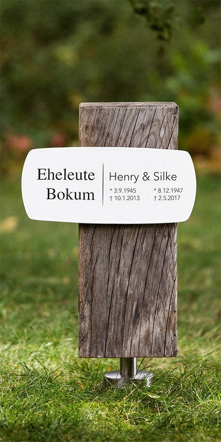 S4.RF.1 Urnengrabmal als Holzblock mit langer Emailletafel – Familiengrabmal oder Ehegatten-Grabmal