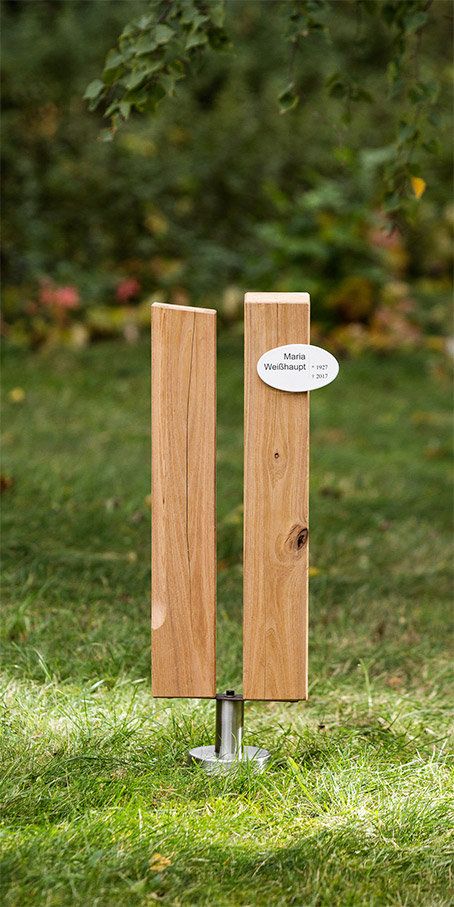 PS1.OF.1 Einzelgrabmal, Familiengrabmal und Ehegrabmal aus einem Paar Holzstelen mit ovalem Emailleschild